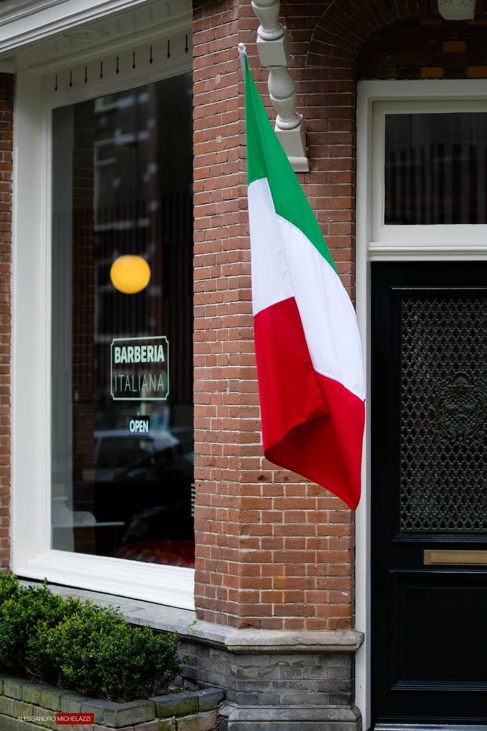The Italian flag outside the shop: to be proud of it!